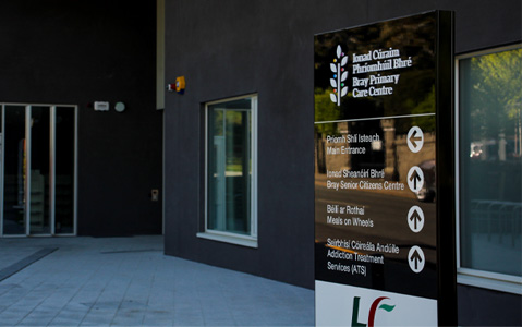 An anti-graffiti-laminate adds a gloss sheen to this outdoor wayfinding totem at Bray Primary Care Centre